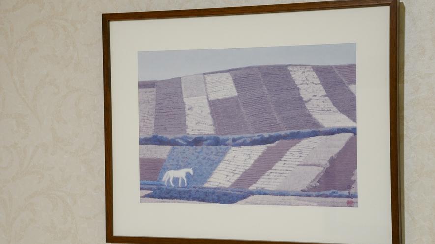 *【本館客室】各お部屋には、馬の絵画などを飾っております。