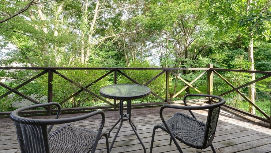 *【ログハウス/さくら亭南北】テラス完備。自然が多く爽やかな風を感じられます。