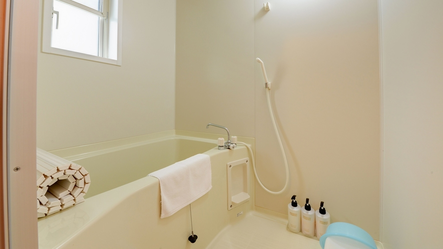 *【ログハウス/さくら亭中央】バス・トイレ別の独立型バスルームを完備。