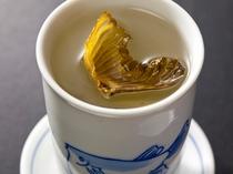 [ふくヒレ酒]‐ほどよく焼けたヒレの旨味が酒に溶け出す