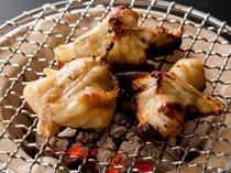 [ふくの炭火焼き]地元産の魚醤をベースにしたタレで香ばしく