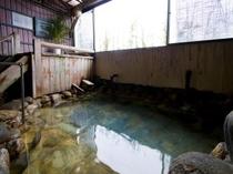 温泉は半露天、加水無しの濃厚な塩湯が体感できる。24時間入浴可(清掃時間:朝8~10時頃まで)。