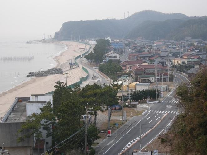 小野浦地区には古い家々やお寺、松並木なども立ち並ぶ。早朝の散策などに最適