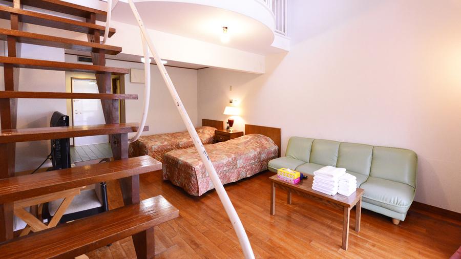 *メゾネットA(客室一例)/ロフトをあがると、三角屋根の窓から太陽の光が降り注ぎます。
