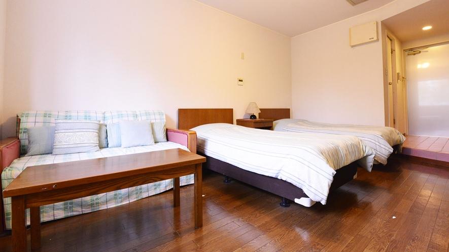 *ツイン(客室一例)/お一人様からも宿泊できるツインタイプは、くつろげるソファスペース付!