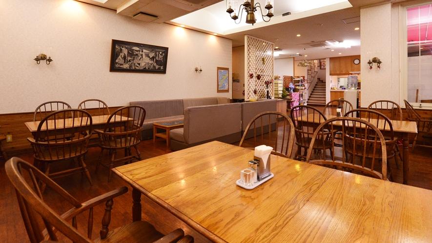 *レストラン/木目調の落ち着きあるインテリアだからこそ、ゆったりとお食事をお愉しみいただけます。