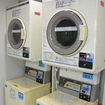 【当館内 コインランドリー】洗濯機300円・乾燥機100円にてご利用頂けます