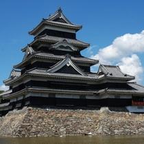 【松本城】国宝松本城。見た目が黒いことから「からす城」とも呼ばれる。ホテルから徒歩約20分。