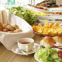 【朝食その2】180度ガラス張りのレストランからは北アルプスが一望できます