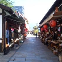 【縄手通り】松本城下の商店外。昔の町並みを再現した下町風情あるれる商店外。