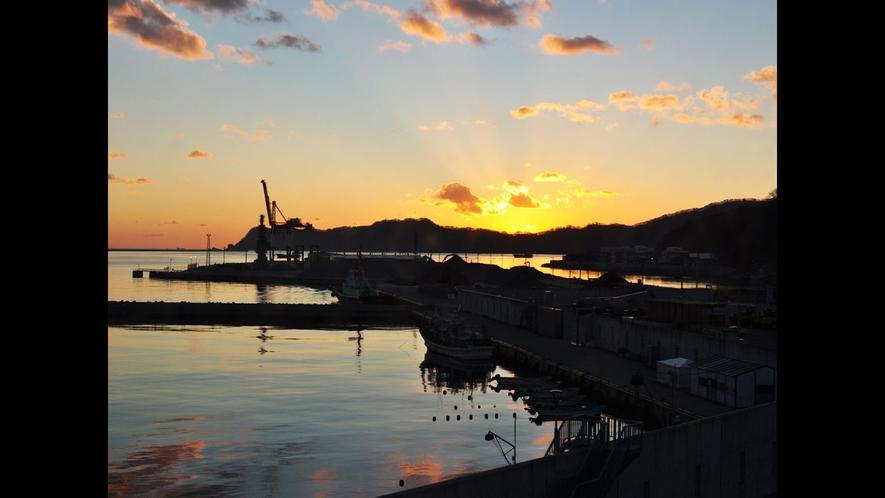 【客室から見た朝日】全客室から釜石湾を望めます