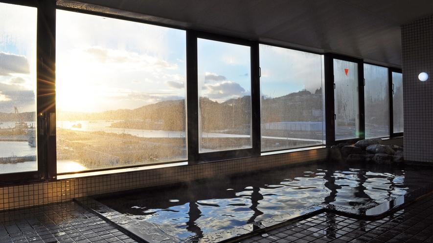 【展望大浴場】朝焼けを眺めながらゆったりとお寛ぎ下さい。