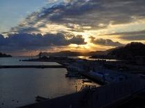 【和室12畳】釜石湾と美しい朝焼けのコントラストをお楽しみください。