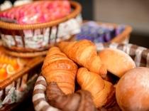朝食(焼き立てパン)