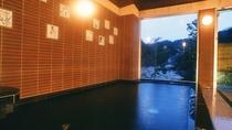 男湯「星の湯」 壁には「新但馬神話」を描いた「有田焼のタイル」が
