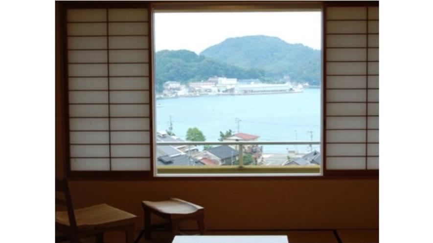 窓からは、柴山湾や柴山漁港が臨めます