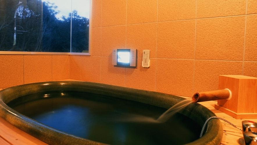 「かにえびたい」には、山の緑が癒してくれる「陶器の温泉風呂」が付いています