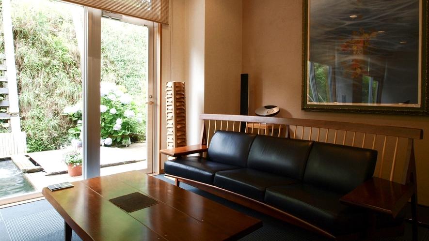 革張りソファーの特等席で「bang&olufsen」を聞けば、まるでホールに居る様な錯覚を覚えますよ
