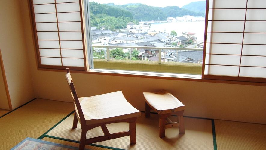 10畳和室の部屋には、「天然木のイス」を用意しています。「海を眺めながら、のんびりお過ごしください」