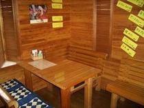 オーナー夫婦が経営する炭焼珈琲が人気の喫茶「麦わらぼうし」はお隣です!