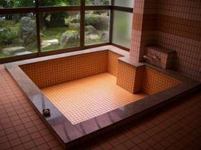 中庭を見ながらお風呂で疲れを癒して下さい(人数により小浴場になる場合もあります)