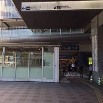 ③駅ビルに沿って右に曲がってください。※バスターミナルに入りません※