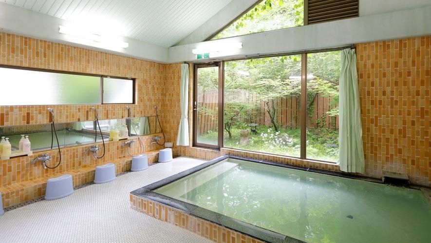 大浴場(温泉)。お湯は柔らかく体の芯まであったまると多くのお客様に好評いただいております。