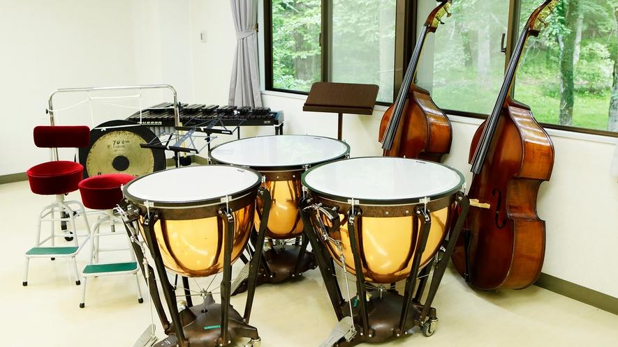 貸出備品。音楽合宿のための大型楽器を貸出しています。