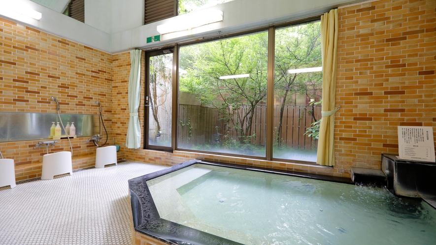 中浴場(温泉)。お湯は柔らかく体の芯まであったまると多くのお客様に好評いただいております。