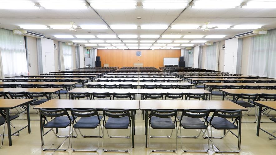 ホール。大規模な研修・学会・小規模イベントなどにご利用いただけます(有料)