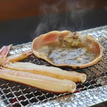 香ばしい風味がたまらない焼きガニは味噌と一緒にどうぞ