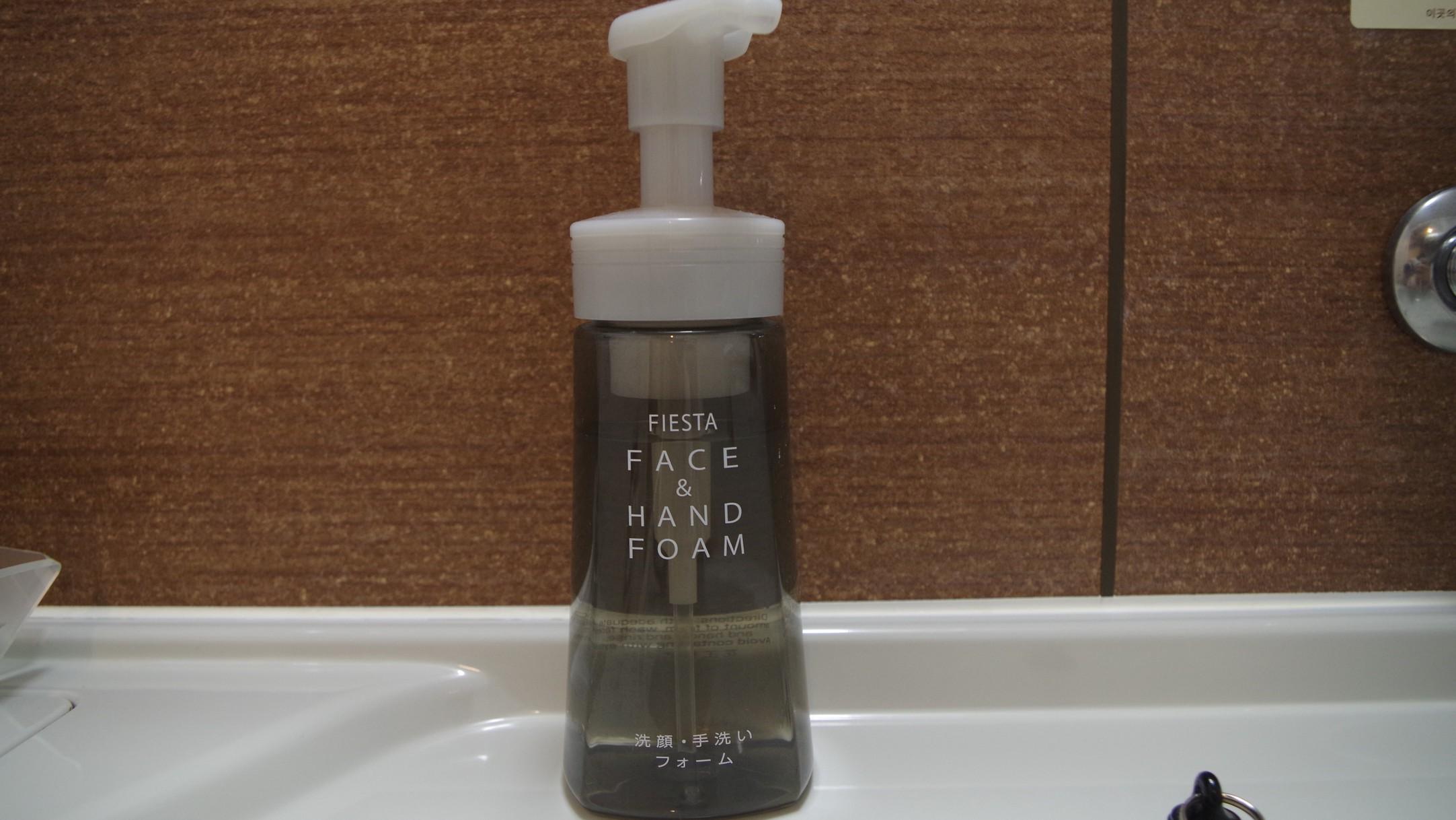 ユニット内に ハンドソープをご用意。洗顔にも使用できます。