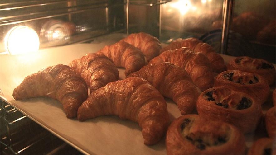 朝食では、焼き立てのパンをお召し上がりいただけます。