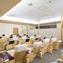 リラクゼーションルーム(2階) 液晶テレビ付きのデラックスリクライニングシートでゆったり。