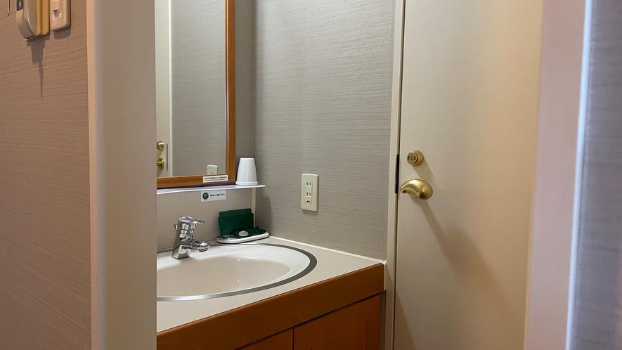 ユニットバスが無いタイプのお部屋は、洗面台とトイレのご用意。入浴は温泉をご利用くださいませ。