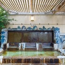 《露天風呂》座湯 背もたれより湯が流れ出て体を暖める、ひと味ちがった湯です。