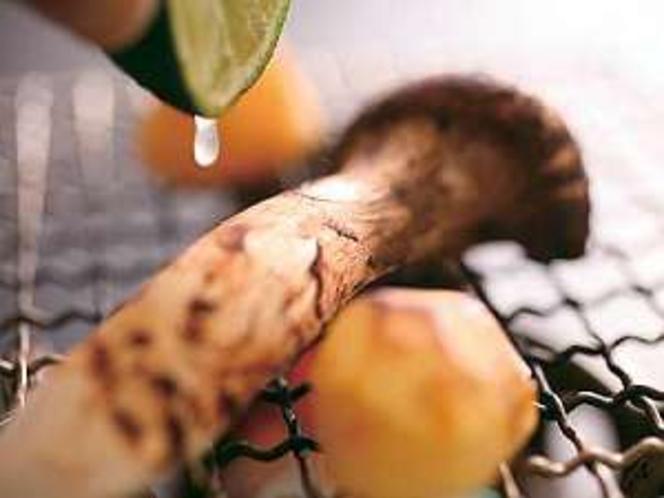 秋旬の焼き松茸にスダチをギュッとしぼって