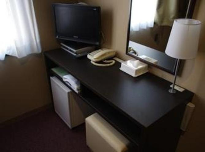 机には、LANの差込口とコンセントがあります。