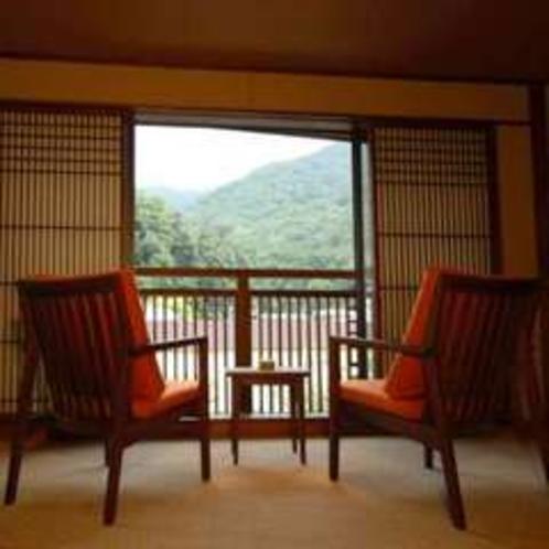 箱根の山々が見渡せる須雲川沿いの客室