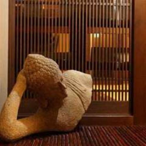 玄関でお出迎えしてくれる石造