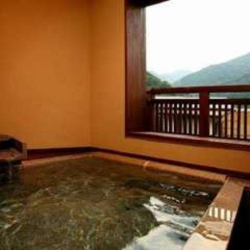 午後撮影した新客室の露天風呂と箱根の山々(そよぎの間-雲雀)