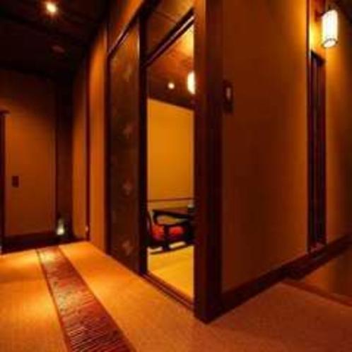 新客室の廊下と露天風呂へと続く階段