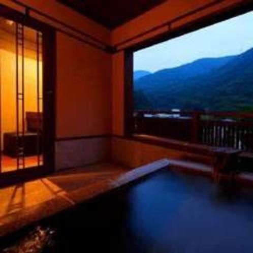 夕刻に撮影した客室露天風呂(そよぎの間-瑞雲)