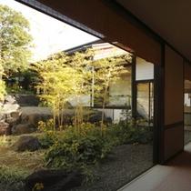 廊下から中庭の眺め