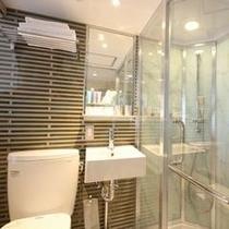 ガラス張りのシャワーブース