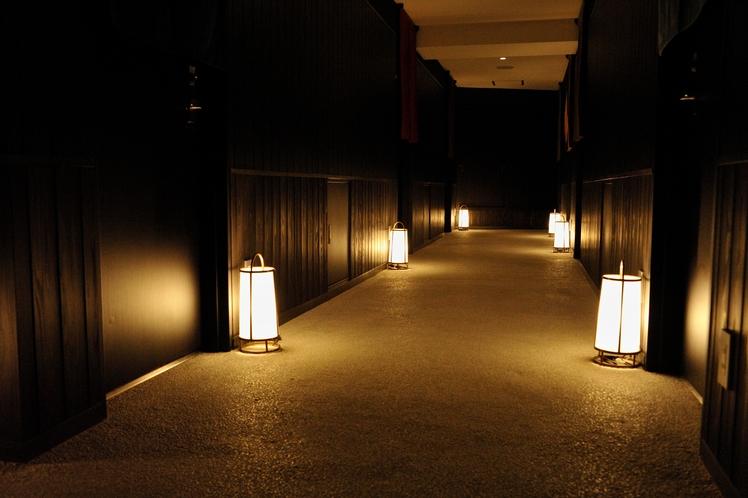 4F 夜になれば灯篭が灯り、京都の路地ならではの凛とした空気。
