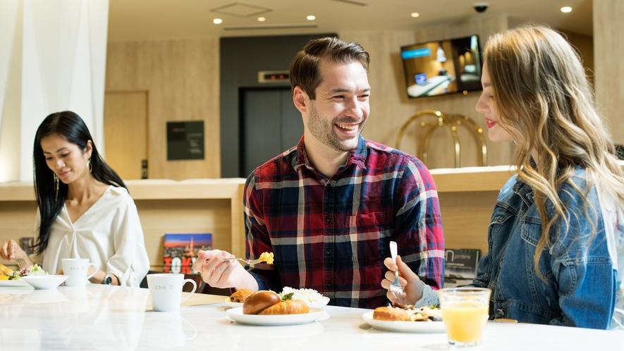光の差し込むラウンジでご朝食をお楽しみください。ヘルシーな朝食が快活な1日をお約束