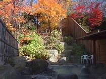 秋の紅葉露天風呂