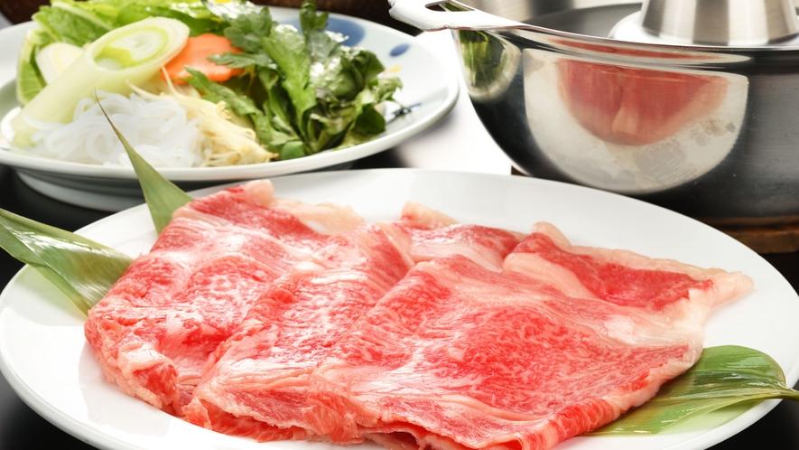 山形県のブランド牛と言えば、やっぱり米沢牛。美しい霜降り肉は、サッパリしゃぶしゃぶで♪