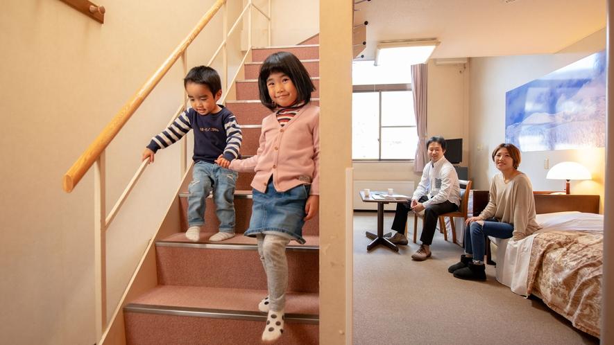 小さなお子様でも安心!ロフト付き洋室の階段はスロープ付きです。探検気分で楽しくお泊り♪
